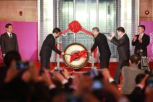 © AFP -Head of the China Securities Regulatory Commission, Xiao Gang (2nd L) and Shanghai's Mayor Han Zheng beat the gong during the opening ceremony of the Shanghai-Hong Kong Stock Connect, at Shanghai Stock Exchange, on November 17, 2014